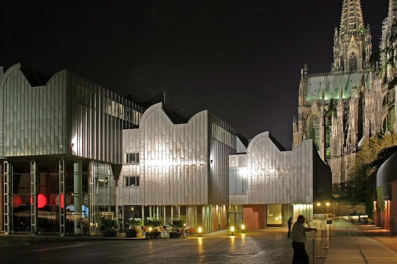 Музей Людвига в вечерней подсветке
