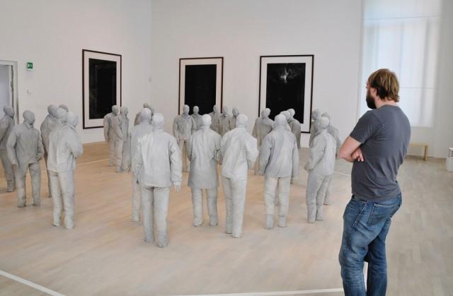 Скульптурная композиция серых человечков испанского скульптора Хуан Муньоза