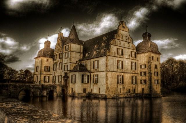 Замок на окраине города