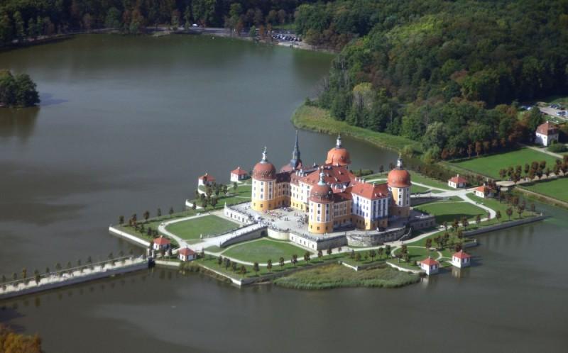 Замок на озере