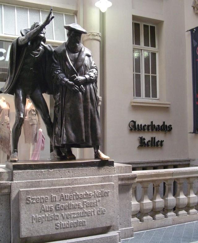 Бронзовая скульптурная группа работы Матьё Молитора перед входом в ресторан «Погреб Ауэрбаха» , изображающая Фауста в сопровождении Мефистофеля
