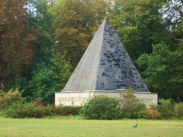 Ледник для продуктов (еiskeller in Form einer Pyramide)