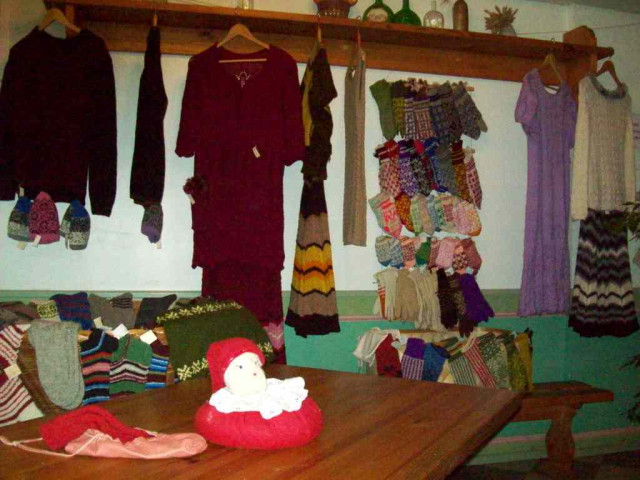 Платья и костюмы стоят до 45евро.