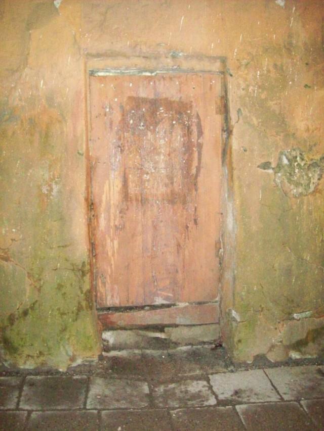 Похоже, эту дверь за последние 200 лет не открывали.