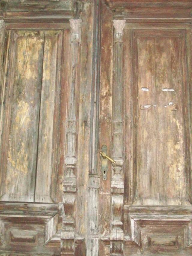 Со временем рисунок и конструкция дверей усложняются.