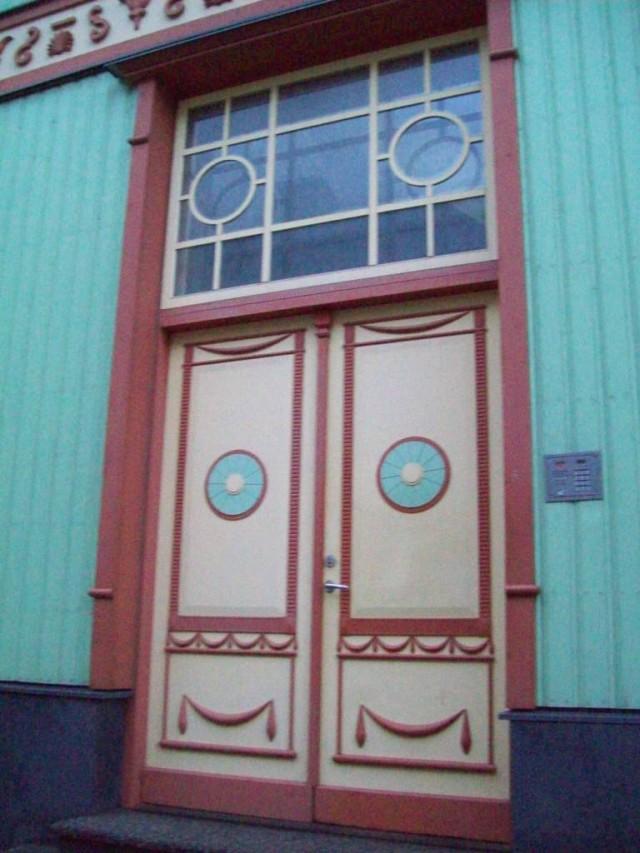 Для освещения коридора над дверью устанавливается глухое окно