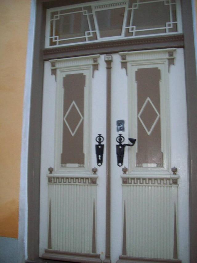 Накладные элементы украшают фасады дверей.
