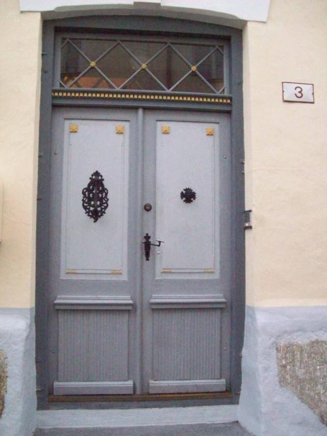 В украшении дверей использованы кованные и литые детали