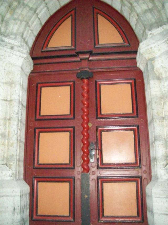 Солидному порталу соответствующая дверь.