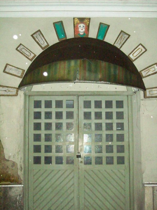 Двери довольно простые, украшением служит вывеска.