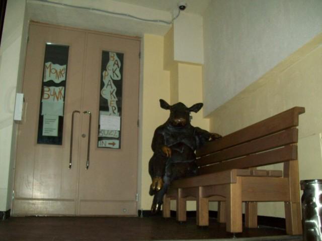 Простую дверь украшает арт объект