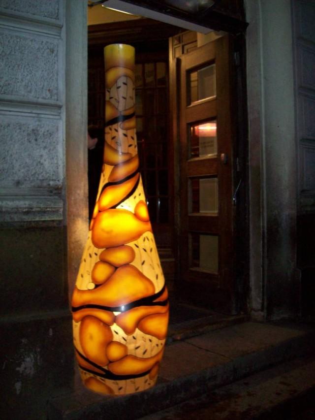А эту дверь освещает такой необычный светильник.