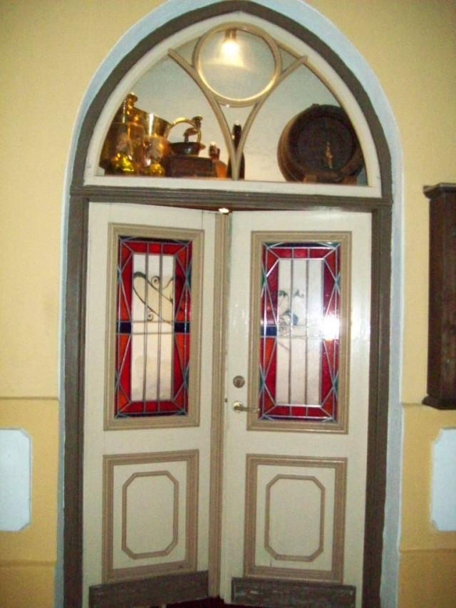 Украшением двери служат витражи и элементы быта за окном