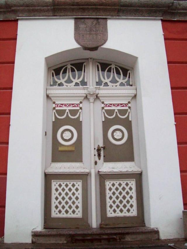 Под козырьком разместился герб владельца дома