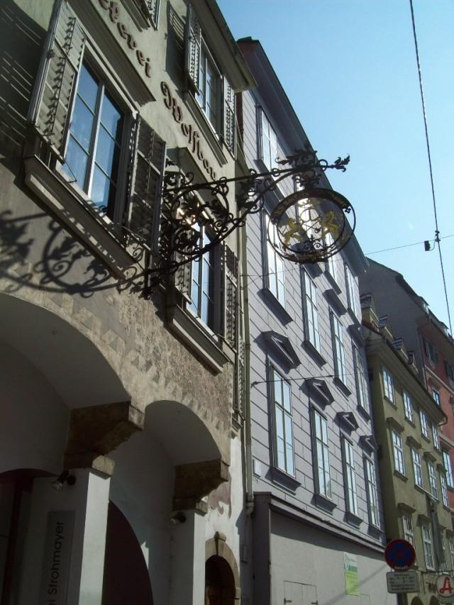 Самые изящные и ажурные вывески встречаются в Австрии.
