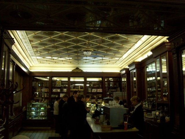 От оригинального потолка трудно отвести взор.