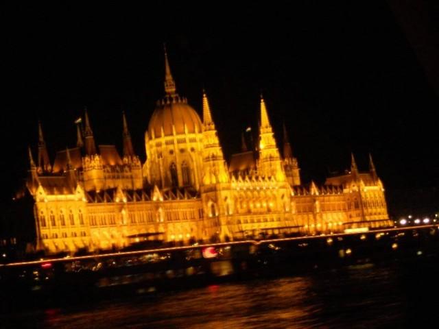 Парламент ночью