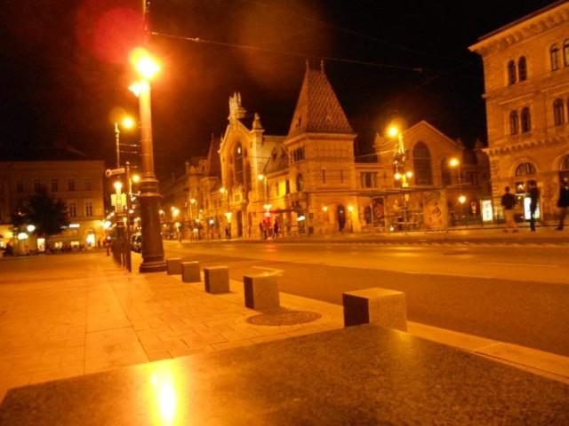 Площадь у рынка ночью