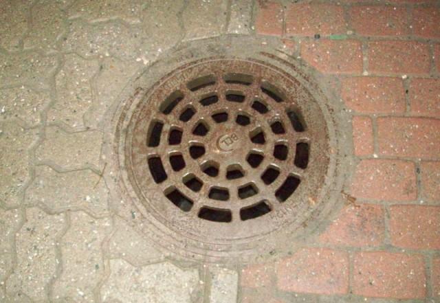 Приемный люк дождевой канализации