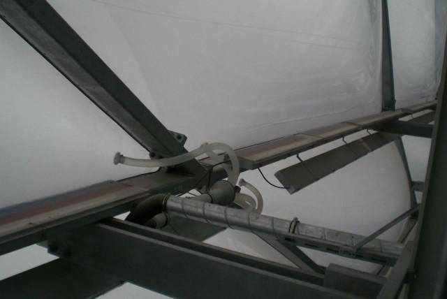 В подушки закачивается по шлангам воздух, а трубы со светящимся веществом обеспечивают свечение.