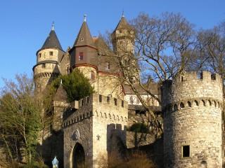 Замок Браунфельс — старинная графская крепость на вершине скалы