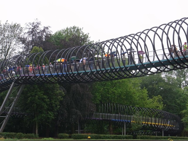Пешеходный мост Слинки (Slinky Springs To Fame)