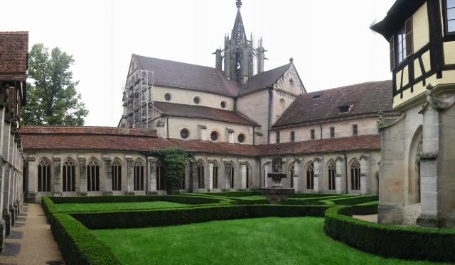 Внутренний двор и церковь