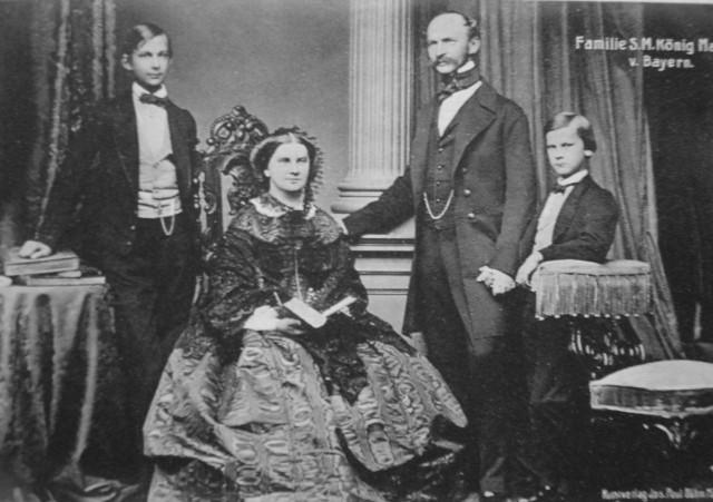 Наследный принц Людвиг Баварский (слева) с родителями и младшим братом принцем Отто в 1860 году