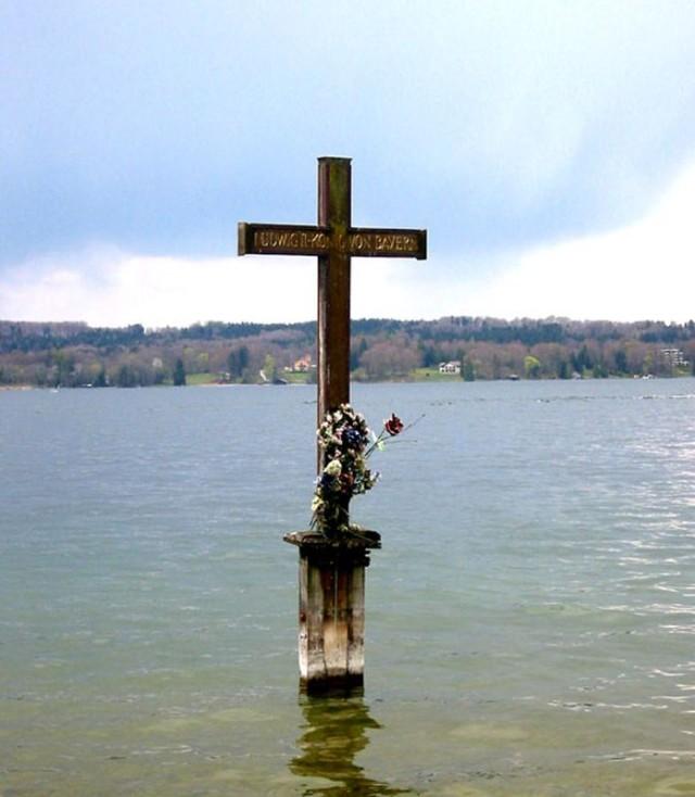 Памятный крест  на озере Штарнберг на месте гибели Людвига II