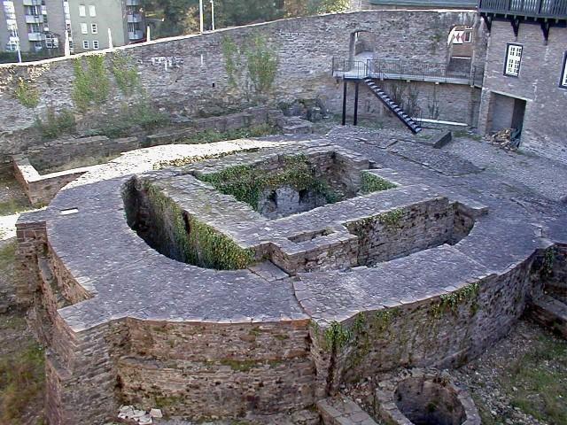 Овальная окружная стена и фундамент старинного здания эпохи Каролингов (IX в.)