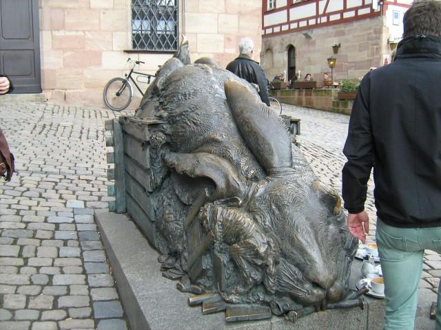 """На площади рядом с Домом-музеем Дюрера установлена современная бронзовая скульптура гигантского зайца Юргена Гертца """"Hommage á Dürer""""(Дань уважения Дюреру)"""