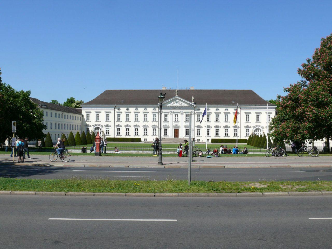 Вид на дворец Бельвю с дороги