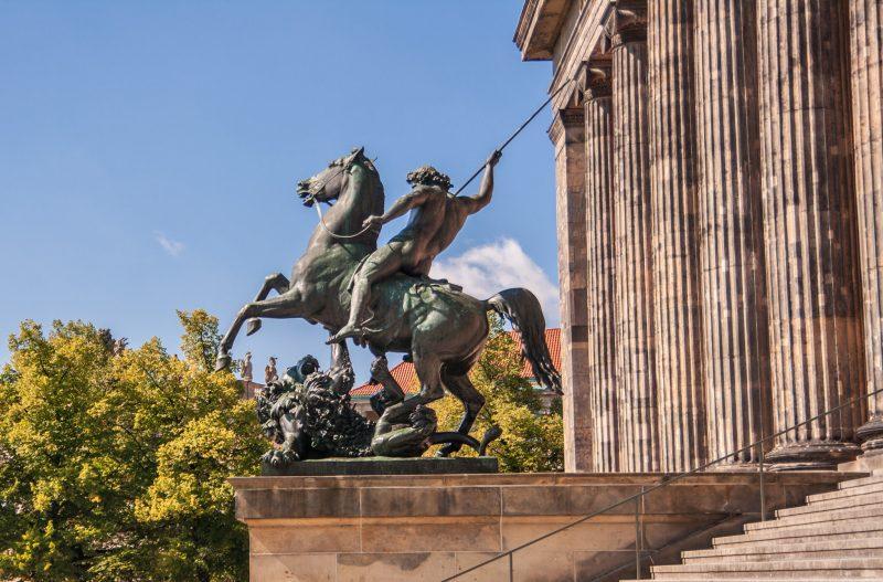 Конная статуя при входе