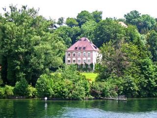 Замок Берг на берегу Штарнбергского озера