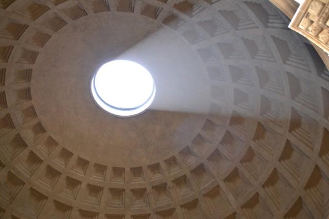Луч света в Пантеоне.