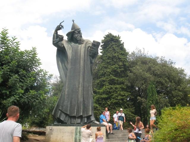 Сплит. Памятник монаху