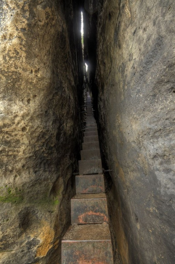 «Лестница в небеса» ведёт по узкой щели