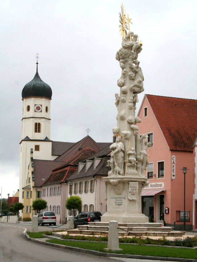 Чумная колонна и  Католический храм Святого Албана