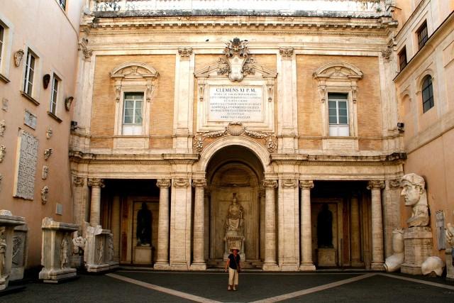 Во дворе дворца Консерватори (Palazzo dei Conservatori)