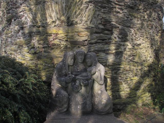 Скульптура «Три матери одного ребенка»