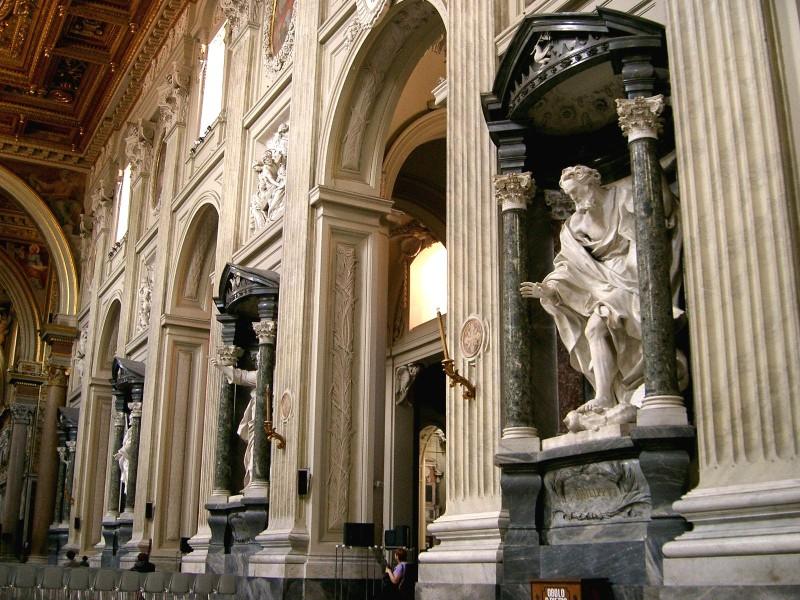 Стены храма украшают  скульптуры 12  апостолов