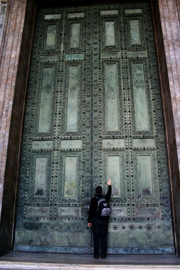 Центральный портал (бронзовые двери Курии Юлия)