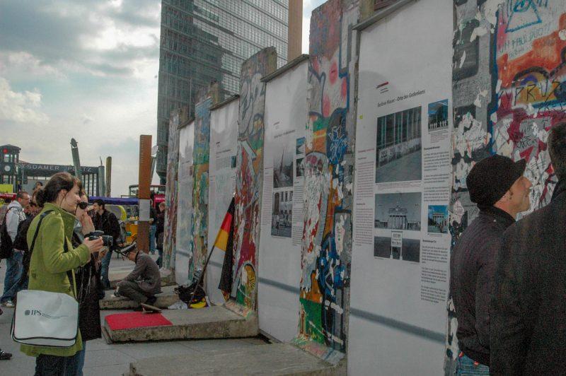 Остатки стены и экспозиция на Потсдамской площади