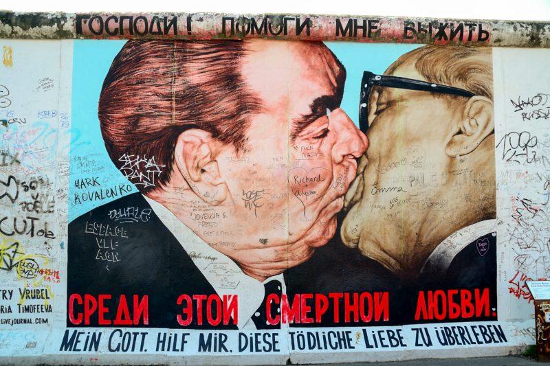 Братский поцелуй — граффити Дмитрия Врубеля