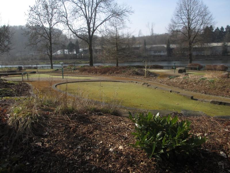 Поле для мини-гольфа рядом с озером Бигезее
