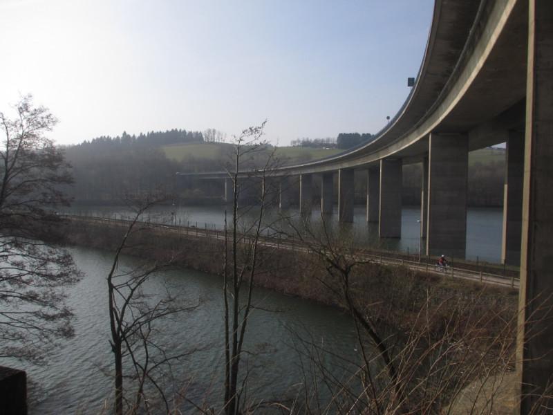 Дамба и мост через озеро Бигезее