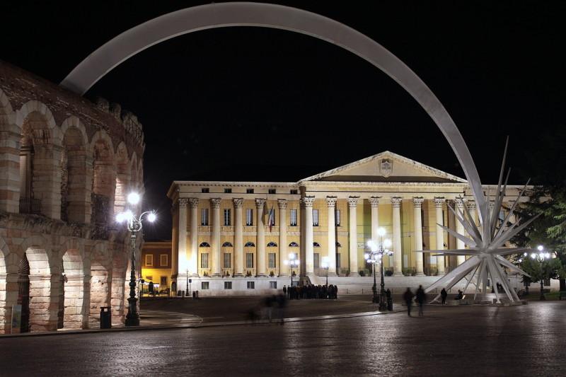 Площадь Пьяцца Бра и Арена  вечером