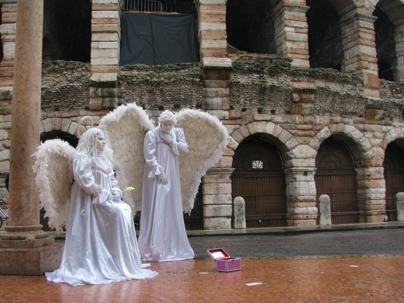 Живые статуи около амфитеатра