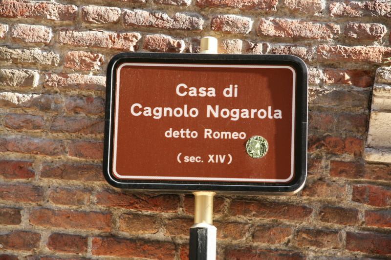 Табличка возле дома Ромео