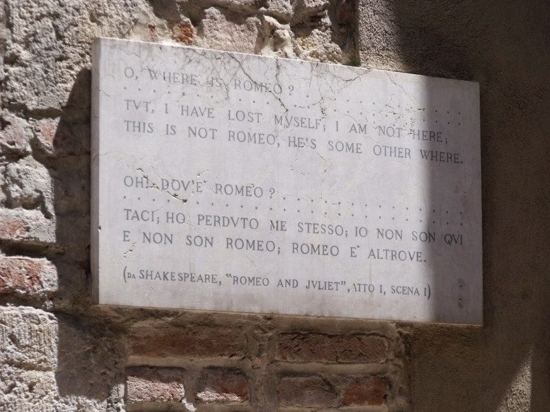 Табличка,  рассказывающая о шекспировской истории